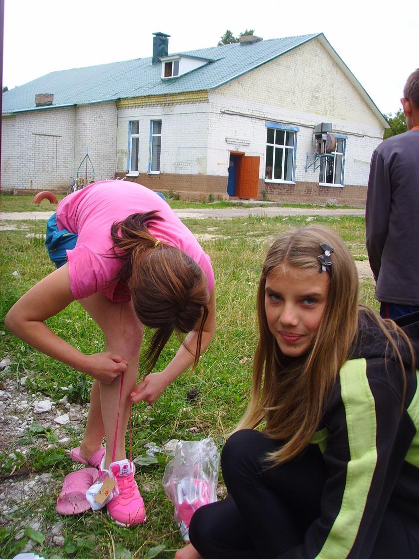 primerka_krossovok_v_odnom_iz_detskih_domov